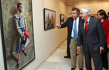 El presidente de Castilla-La Mancha, José María Barreda, con el pintor Emilio Fernández-Galiano, en una imagen de archivo tomada durante la exposición de su obra en la Sala de Arte de Caja Guadalajara en mayo de 2009.