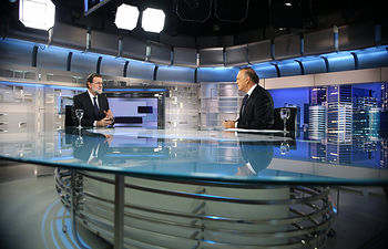 El presidente del Gobierno, Mariano Rajoy, es entrevistado por el periodista Pedro Piqueras en Informativos de Telecinco