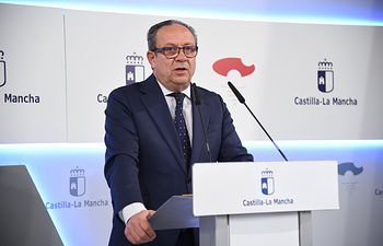 El consejero de Hacienda y Administraciones Públicas, Juan Alfonso Ruiz Molina, informa de los acuerdos aprobados en el Consejo de Gobierno relacionados con su departamento. (Fotos: José Ramón Márquez // JCCM).