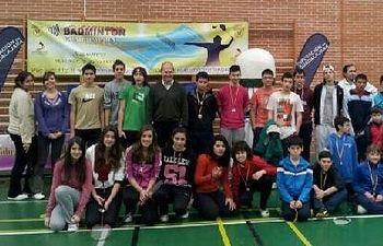 Foto de familia de los participantes con el diputado de Deportes