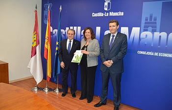 El Gobierno regional conoce en profundidad la Memoria 2015 de Caja Rural de Castilla-La Mancha. Foto: JCCM.