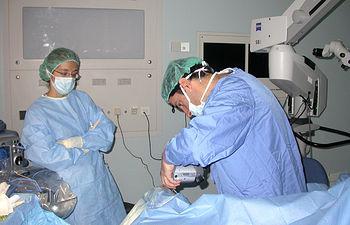 Imagen de archivo de una cirugía para implantar lentes intraoculares multifocales en personas hipermétropes.