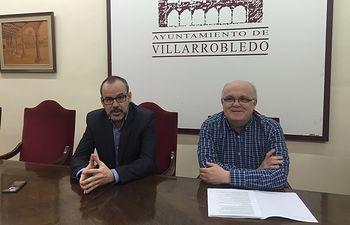 Fotografía de la rueda de prensa ofrecida por el delegado de la Junta, Pedro Antonio Ruiz Santos y el alcalde de Villarrobledo, Alberto González, para informar de los Presupuestos de la Junta para esta localidad.
