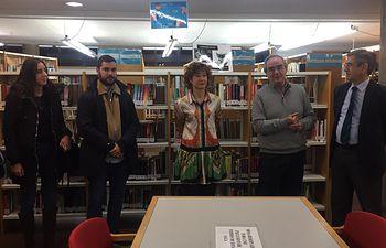 """Mª Ángeles Martínez asiste a la inauguración de la exposición """"Una biblioteca para kanzenze"""" en la biblioteca pública de Albacete"""