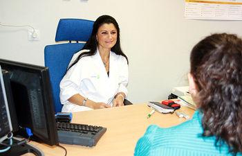 La doctora Cristina Peluso, mastóloga especializada en técnicas oncoplásticas y reconstructivas del Hospital de Manzanares (Ciudad Real), atiende a una paciente en la Consulta de Mama de este centro sanitario.