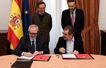Firma del acuerdo entre el Museo Reina Sofía y el Archivo Lafuente. (Foto Ministerio)