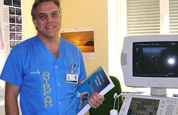 El doctor Juan Fontcuberta, cirujano vascular del Complejo Hospitalario de Toledo, autor del primer tratado en castellano sobre eco-doppler vascular.