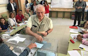 Josep Borrel ejerciendo su derecho al voto. 26M.