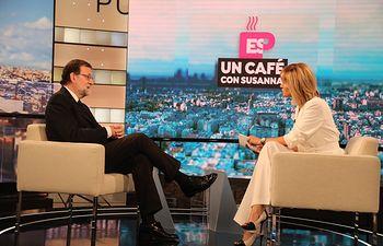"""El presidente del Gobierno en funciones, Mariano Rajoy junto a Susanna Griso, durante la entrevista del programa """"Espejo Público"""", de Antena 3"""