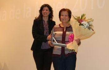 Josefina Navarrete junto a la galardonada