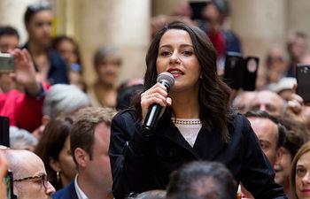 """Inés Arrimadas visita Albacete y participa junto a simpatizantes en un acto enmarcado dentro del \""""Vámonos de cañas con Inés Arrimadas\"""" en el Pasaje de Lodares de la capital."""
