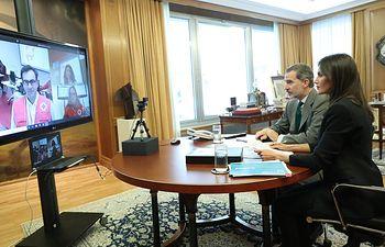 Videoconferencia del Rey Felipe VI y la Reina Letizia con el Jefe de la Unidad de Emergencias, Íñigo Vila; una voluntaria CRE en Barcelona actualmente logística, Mercedes Mora; y la responsable Gestión de Información en operaciones Cruz, Raquel Bernedo. Firma: Casa de S.M. el Rey