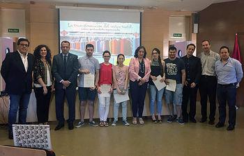 Autoridades y algunos de los alumnos participantes en el curso.