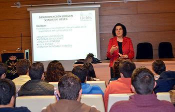 Diana Moreno del Val, gerente de la D.O. Vinos de Uclés, durante su charla.