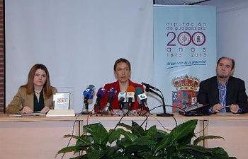 La presidenta de la Diputación, Ana Guarinos, durante la presentación del documental con la diputada de Cultura y el jefe de Servicio del área