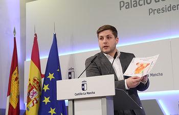 El portavoz del Gobierno regional, Nacho Hernando, durante la rueda de prensa que ha ofrecido en el Palacio de Fuensalida para informar de los acuerdos del Consejo de Gobierno. (Foto: Álvaro Ruiz // JCCM)