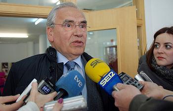 Alfonso Guerra atiende a los medios antes de la ponencia.