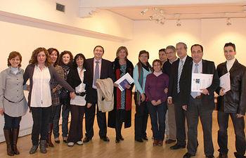 En la imagen, el director general de Atención Sanitaria y Calidad del SESCAM, Jesús Hernández (6i), junto a los galardonados en la última edición de los Premios de Investigación en Atención Primaria organizados por la Gerencia de Atención Primaria de Toledo.