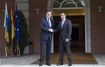 El presidente del Gobierno, Mariano Rajoy, recibe al presidente de Canarias, Fernando Clavijo (Foto: Pool Moncloa)