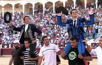 El Juli y Hermoso de Mendoza, a hombros en la corrida Goyesca de Albacete.