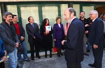El presidente de Castilla-La Mancha, José María Barreda, presenta al ministro del Interior, Alfredo Pérez Rubalcaba, a un grupo de profesionales y cooperantes en Haití.