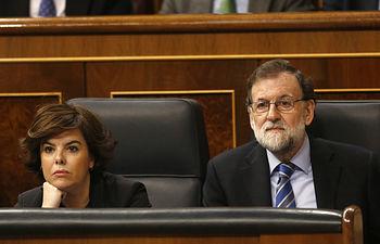 El presidente del Gobierno, Mariano Rajoy, junto a la vicepresidenta Soraya Sáenz de Santamaría, durante la sesión de control al Gobierno en el Pleno del Congreso.