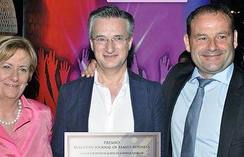 El profesor Hernández Perlines (centro) recogió el premio.