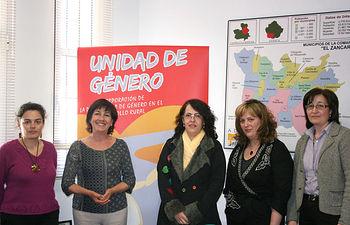 La directora del Instituto de la Mujer, Ángela Sanroma (2i), y la responsable de su organismo en Cuenca, Mercedes Toledo (c), en el encuentro mantenido con la presidenta de ADI EL ZÁNCARA, Delfina Carrasco (i), y el equipo técnico de este grupo de acción local y de la unidad de género del mismo.