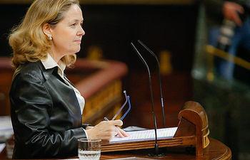 La vicepresidenta de Asuntos Económicos y Transformación Digital, Nadia Calviño, defiende ante el Pleno la convalidación del real decreto-ley que incorpora diversas directivas europeas al ordenamiento jurídico español.