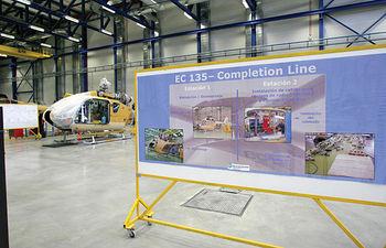 Panel explicativo de las fases de construcción del helicóptero EC135, en la factoría de Albacete.