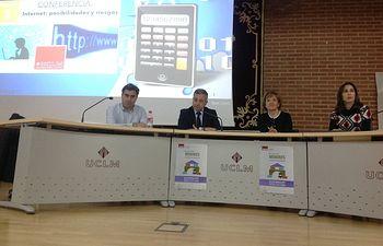 El subdelegado del Gobierno ha participado en la conferencia 'Internet: posibilidades y riesgos' en la UCLM.