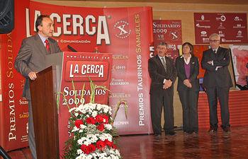 El consejero de Salud y Bienestar Social, Fernando Lamata, recogió ayer en Albacete el Premio Solidarios 2009, otorgado por el Grupo de Comunicación Multimedia La Cerca. En la imagen, durante su intervención, bajo la atenta mirada de Juan Antonio Mata, presidente del CES; la alcaldesa de Albacete, Carmen Oliver, y Manuel Lozano, presidente del Grupo La Cerca.
