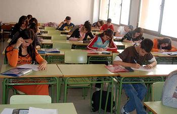 Alumnos de segundo ciclo durante la realización de su examen.