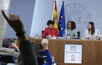 La ministra de Hacienda y portavoz del Gobierno, María Jesús Montero, la ministra de Educación y Formación Profesional, Isabel Celaá, y la ministra de Igualdad, Irene Montero, responden a las preguntas de los medios de comunicación, en la rueda de prensa posterior al Consejo de Ministros.