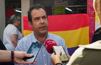 El coordinador regional de IU C-LM visita el stand de partido en el Recinto Feria de la Feria de Albacete. Foto: Manuel Lozano García / La Cerca