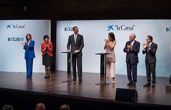 """Entrega de las becas de """"la Caixa"""" de posgrado en el extranjero correspondientes a su 37.ª edición."""