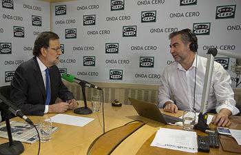 """El presidente del Gobierno en funciones, Mariano Rajoy, junto al periodista Carlos Alsina, durante la entrevista en el programa """"Más de uno"""" de Onda Cero."""