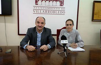 El alcalde, Valentín Bueno y la concejal de empleo, Ana Hernán.