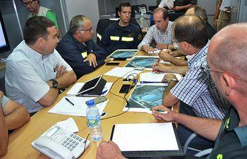 El delegado de la JCCM en Guadalajara se reúne en Puesto de Mando Avanzado en Chiloeches. Foto: JCCM.