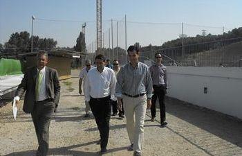 El Alcalde, Antonio Román, con el concejal de Deportes, Eladio Freijo, durante su visita al Pedro Escartín