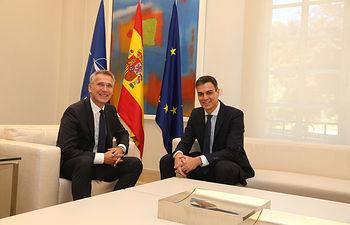 El presidente del Gobierno, Pedro Sánchez, posa junto al secretario general de la OTAN, Jens Stoltenberg, a quien ha recibido en La Moncloa.