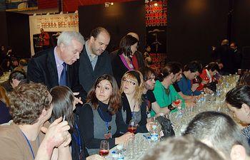 El consejero de Agricultura y Desarrollo Rural, José Luis Martínez Guijarro, asistió al Concurso de cata de vinos de la Región, en el Pabellón Polideportivo 'Díaz Miguel' en Alcázar de San Juan (Ciudad Real). En la imagen, acompañado del el alcalde de la localidad, Jose Fernando Sánchez Bodalo.