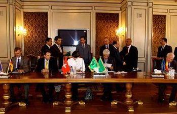 La ministra suiza de Exteriores, Michelle Calmy-Rey, (c), su homólog libio Mousas Kousa, (2-d), y el español Miguel Ángel Moratinos, (d), firman un acuerdo entre Suiza y Libia el 13 de junio en Trípoli. EFE