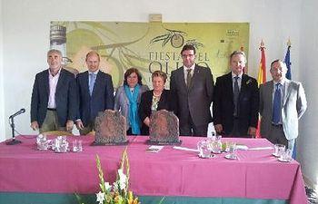 La diputada de Agricultura Lucía Enjuto acompañada por Javier del Río recogió el galardón
