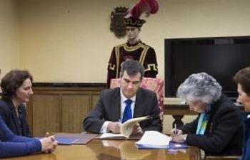 El Alcalde, Antonio Román, durante la firma del convenio