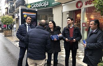 Paseo electoral de Santiago Serrano y Beatriz Jiménez por Cuenca.