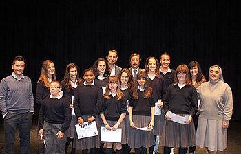Jesús Montalvo con los alumnos del colegio de Villacañas ganadores del concurso Consumópolis 6
