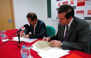Eduardo Fernández y Gonzalo Ruiz, durante la firma del convenio.