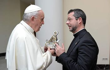 El Santo Padre recibía de manos Don Francisco Sevilla, sacerdote de nuestra Diócesis, una imagen de la Virgen de Los Llanos.
