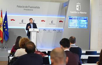 El portavoz del Gobierno regional, Nacho Hernando, ofrece una rueda de prensa, en el Palacio de Fuensalida, para informar de los acuerdos aprobados en el Consejo de Gobierno. (Fotos: José Ramón Márquez // JCCM)